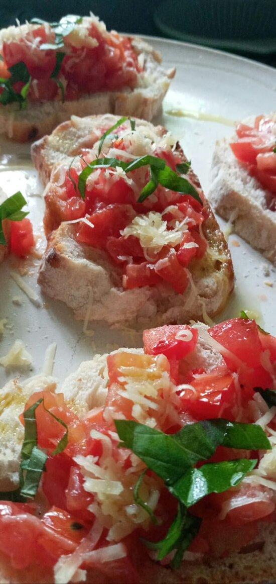 Bruschettas de tomates com queijo parmesão e pão da casa!