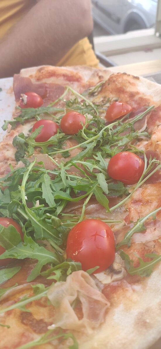 Bardzo smaczna pizza na cieniutkim chrupiącym cieście. Polecam