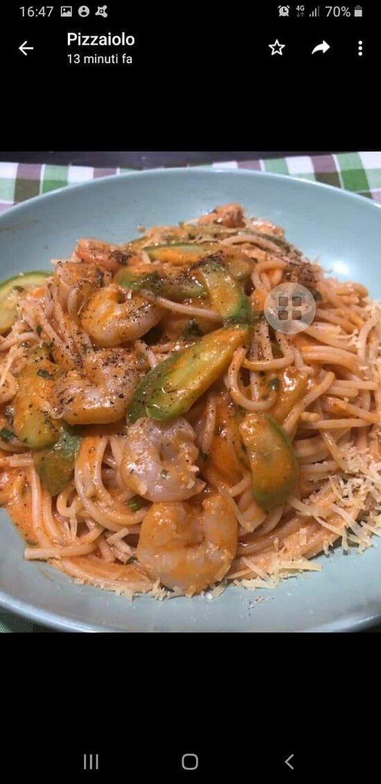 Spaghetti zucchini gamberetti pink sauce