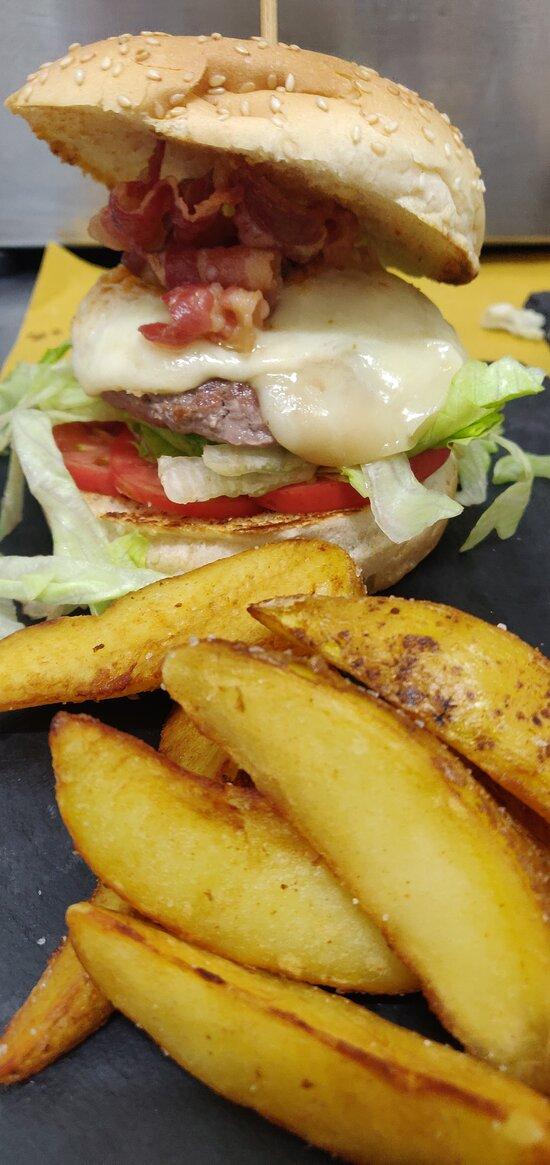 Hamburger di scottona Insalata  Pomodoro Provola Pancetta croccante