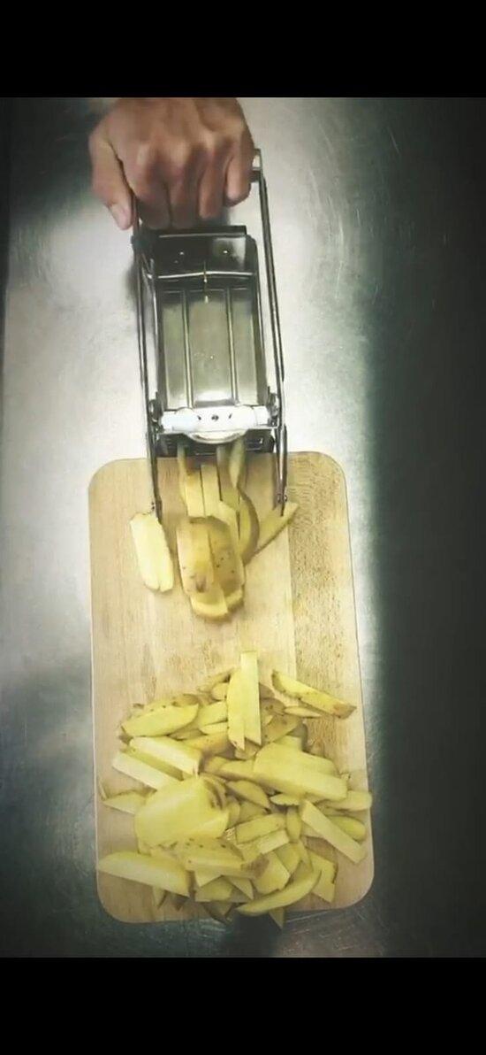 Même les frites sont faites  par nos petites mains