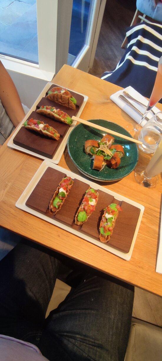 Tacos au saumon, verrine de fraises et parfait chocolat et caramel