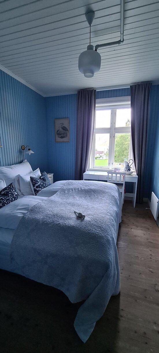 Underbart litet gästgiveri i Norddal Norge. Rummet hade supersköna sängar och va fint renoverade. Maten på restaurngen va supergod och stora portioner till bra pris. Utsikten från vårt rum va en del av Geiranger fjorden. Nära Trollstigen och Geiranger.