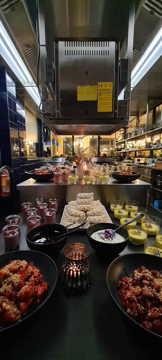 Dessertbuffet:  Panna Cotta mit Curry, so was von lecker Marinierte Erdbeeren mit Basilikum, einfach nur spitze! Meringues mit Vin Quit   Käse ( 4-5 Sorten regional )