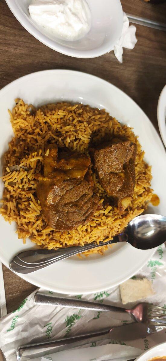 Antipasti offerti dalla casa e tipici piatti con agnello e pollo