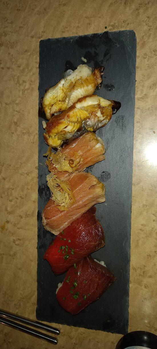 Surtido de nigiri de anguila, ventresca de atún marinado en té verde y atún akami zuke