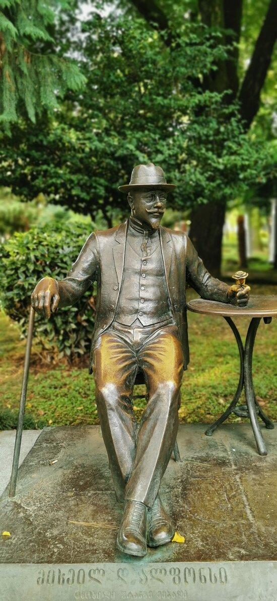 Памятник самомму знаменитому садовнику на заре становления бульвара - Мишелю Д`Альфонсу.