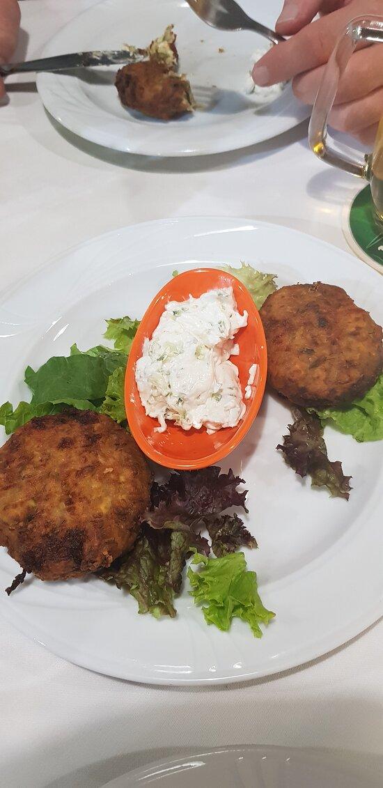 Sidste aften i Agia Marina valgte vi at spise her og det er bestemt ikke sidste gang vi er her. Super betjening uden at være for meget.  Lækkert rent og hyggeligt indrette. Super dejligt mad som i virkeligt godt. Dette sted er Et sted jeg anbefaler at prøve.⭐⭐⭐⭐⭐her fra drenge