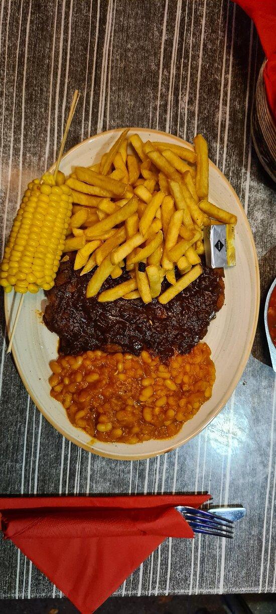 344 BBQ Schnitzel gebackenes Schnitzel mit BBQ-Sauce und Pommes frites, Bohnen und Maiskolben
