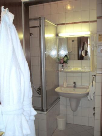 هوتل أم جوزيفسبلاتز: small but nice & clean bathroom