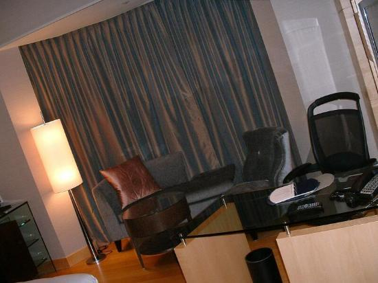 Hilton Kuala Lumpur: Bedroom showing seating and desk area