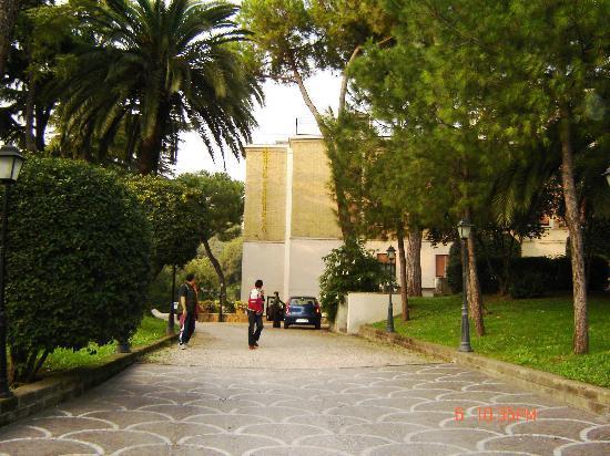 Hotel Santa Prisca: Entrance Drive into Santa Prisca, Roma