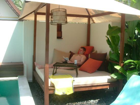 SALA Samui Resort And Spa : Our day bed, lovely to sit on whilst reading the free newspaper