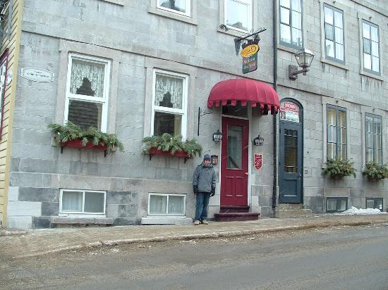 Maison du Fort: Me in front of my favorite hotel in Veiux-Quebec