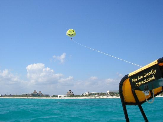 Iberostar Paraiso Lindo : parasailing
