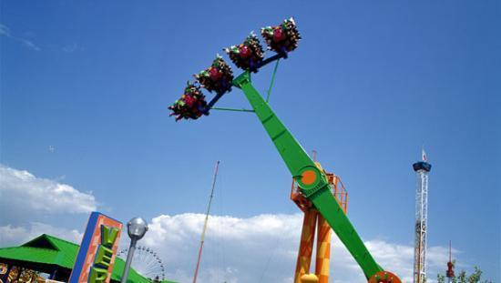 La Ronde Amusement Park : Vertigo and Orbit in the right hand corner