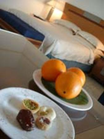 Le Meridien Al Aqah Beach Resort: Club Room welcome treats.