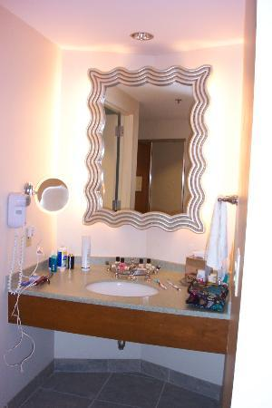 Hard Rock Hotel at Universal Orlando: separate sink outside bath