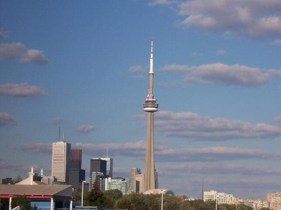 Tour CN : A pic of the CN tower taken from Ontario Place.