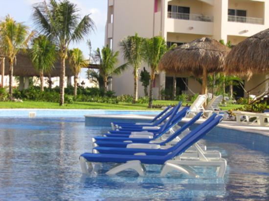 Excellence Riviera Cancun : Pool chairs that sit in the shallow end of the pool near the spa