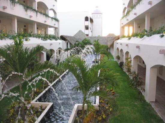 Excellence Riviera Cancun: More fountains between two of the room buildings