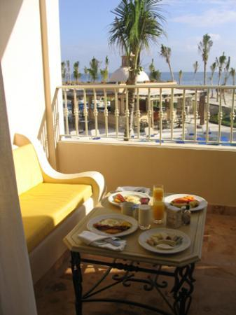 Excellence Riviera Cancun: Breakfast in bed with room service