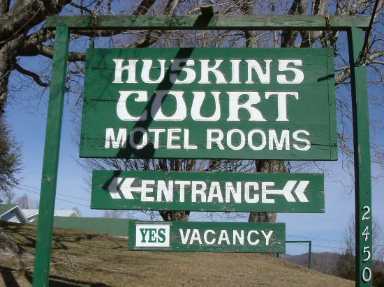 Huskins Court and Cottages: The sign to tell you that you are there