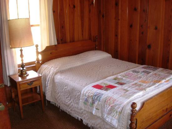 Huskins Court and Cottages: Notice The Hand Made Quilt.  One On Every Bed In The Motel
