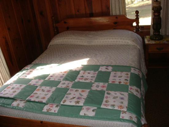 Huskins Court and Cottages: Another Nice Bed