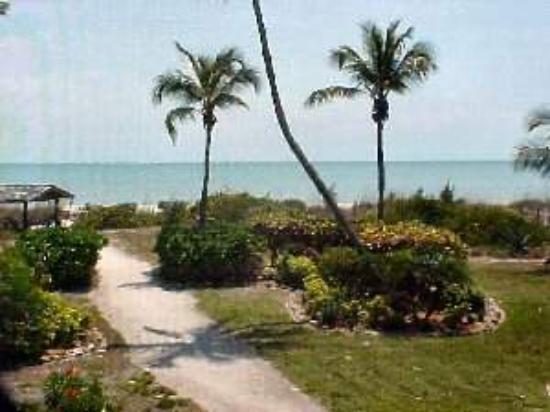 Sayana Condominiums: Path to Beach