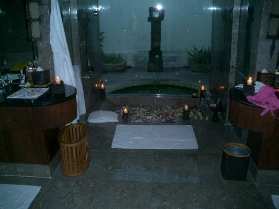 The Oberoi, Lombok: Decorated bath