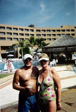 Dreams Huatulco Resort & Spa : Poolside - Gala resort - Wife and me