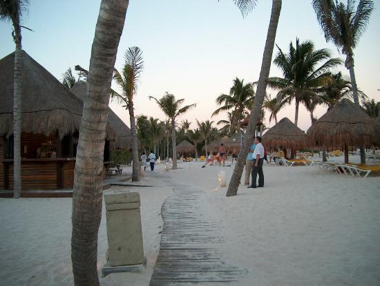 Iberostar Paraiso Maya: Boardwalk towards Paraiso Beach