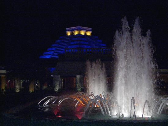 Iberostar Paraiso Maya: Night shot water fountain