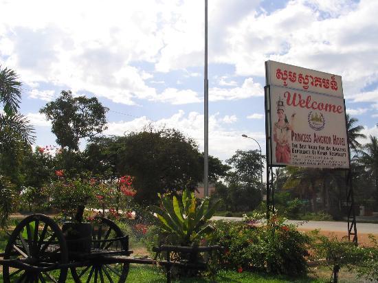 Princess Angkor Hotel: Entrance to hotel