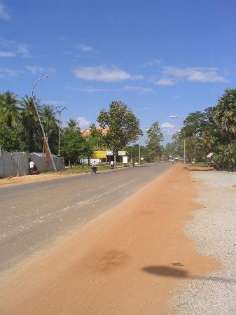 Princess Angkor Hotel: Street, looking towards airport direction