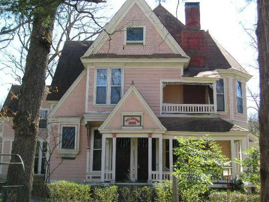 1884 Wildwood Bed and Breakfast Inn: Front of House