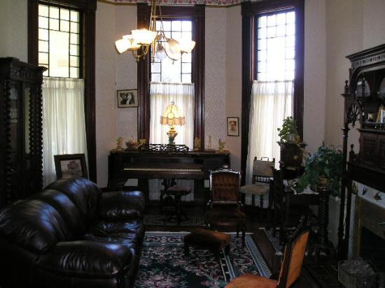 1884 Wildwood Bed and Breakfast Inn : Gentlemans parlor