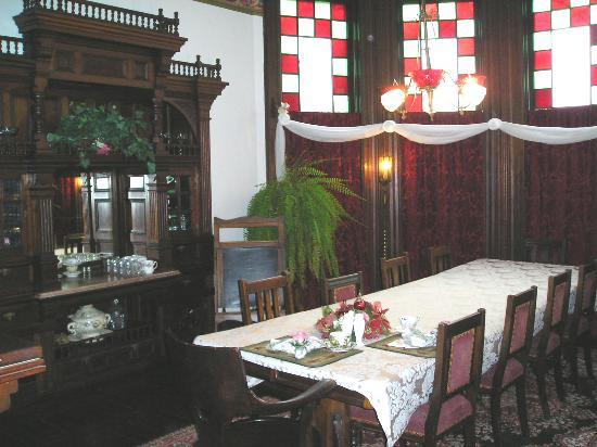 1884 Tinkerbelle's Wildwood Bed and Breakfast: Diningroom