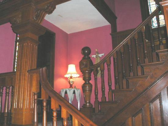 1884 Tinkerbelle's Wildwood Bed and Breakfast: Main Stairway