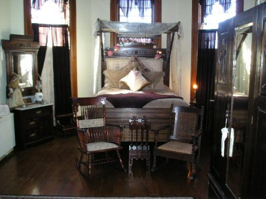 1884 Wildwood Bed and Breakfast Inn: master bedroom