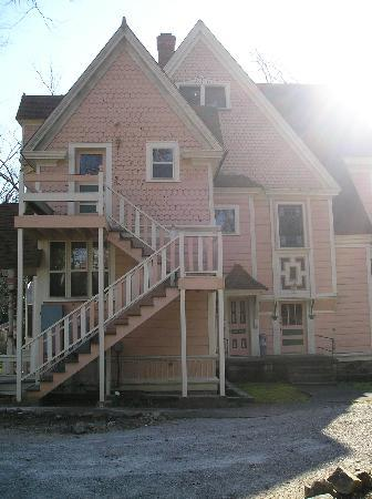 1884 Wildwood Bed and Breakfast Inn: left side of house showing private entry for Kippling room