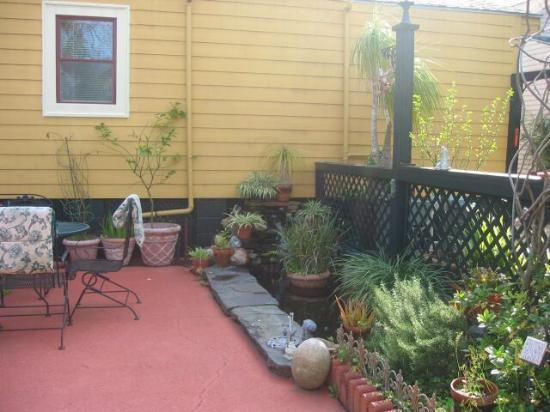 Crescent City Guest House: Patio furniture, a koi pond, a quiet rear courtyard to enjoy.