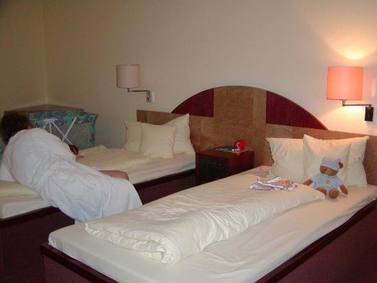 Hotel Rolandsburg: Room with two twin beds.