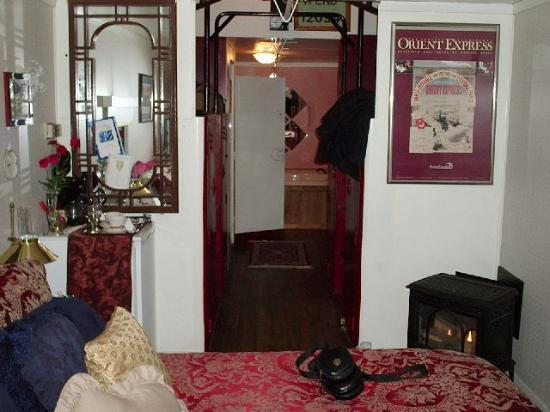 Red Caboose Getaway: Toward the jacuzzi area - nice robes, too!