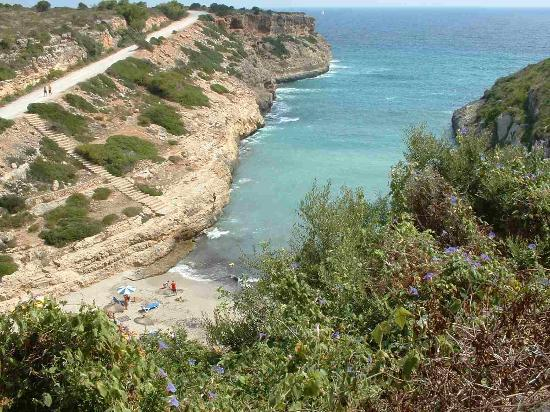 Calas de Mallorca, Spanien: Smallest closest beach bit of a climb down