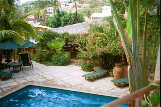 The Bungalows Hotel: partial view of the pool (breakfast area in background)