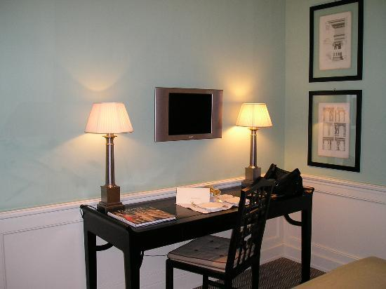 JK Place Firenze: Desk area with flat screen tv