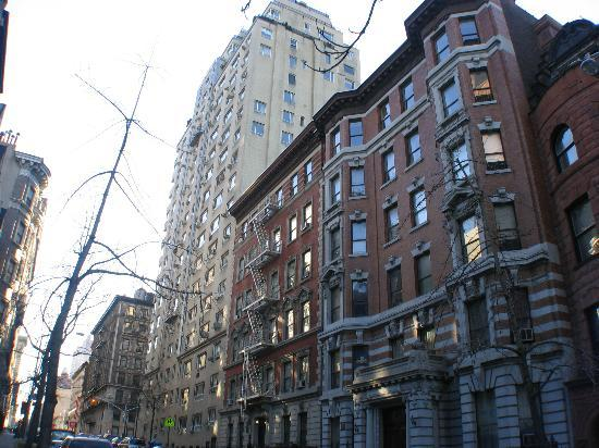 Riverside Tower Hotel: Some nice brownstones outside the hotel in a residential neighborhood.