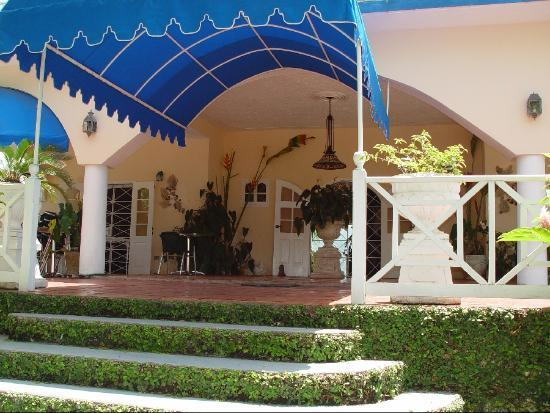 Rio Vista Resort: This is the entry way to the Main House/office of Rio Vista Villas